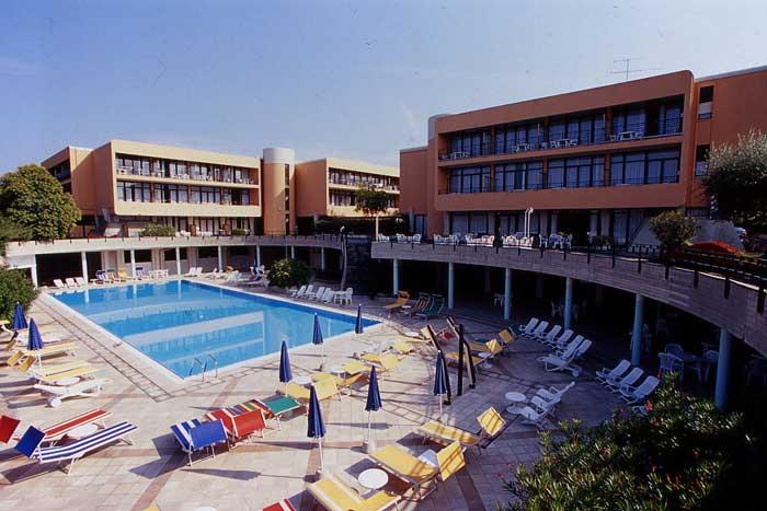 Hotel con piscina lago di garda - Residence lago di garda con piscina ...